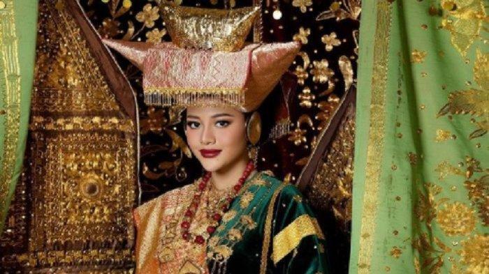 Aurel membagikan fotonya mengenakan busana adat Minangkabau.