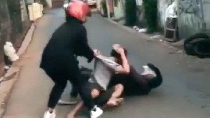Video Viral 2 Pengendara Motor Baku Hantam Sampai Terkapar di Aspal