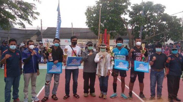 Gubernur Bangka Belitung, Erzaldi Rosman berfoto bersama pemenang turnamen voli Karang Taruna Cup 2020, Sabtu (17/10/2020).
