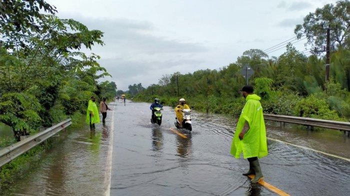 Polsek Merawang Atur Lalulintas Jalan Raya yang Tergenang Air