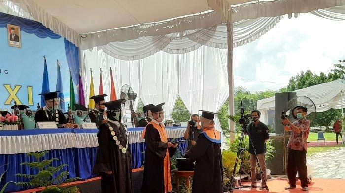 Universitas Bangka Belitung Gelar Wisuda Secara Walk Thru , Ini Harapan Rektor kepada Lulusan