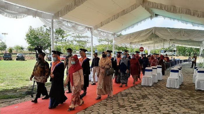 Pelaksanaan wisuda angkatan ke-XXI Universitas Bangka Belitung tahun 2020 yang digelar dengan metode Walk Thru (layanan berjalan--red), Rabu (4/11/2020).