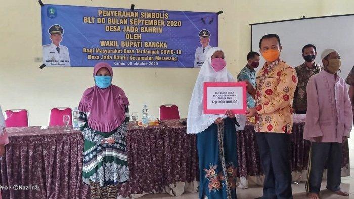 Wakil Bupati Bangka, Syahbudin, menyerahkan secara simbolis Bantuan Langsung Tunai (BLT) Dana Desa Tahap II Bulan Ke VI tahun 2020, Kamis (8/10/2020), di Kecamatan Merawang.