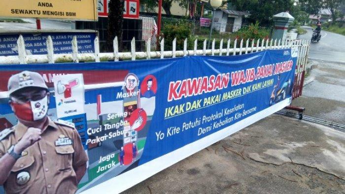SPBU Baciang Jalan Depati Hamzah Pangkalpinang Bangka Belitung menerapkan protokol kesehatan ketat kepada setiap pengendara kendaraan bermotor yang antre mengisi BBM. Gambar ini diambil pada Sabtu (19/12/2020).