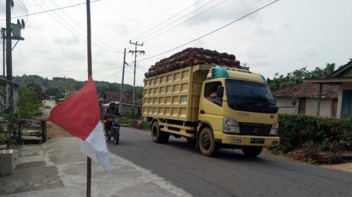 Warga Desa Sempan Pasang Bendera Setengah Tiang, Begini Kata Kapolsek dan Kapolres
