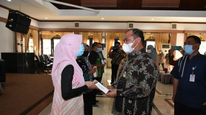 Gubernur Bangka Belitung Serahkan 132 Smartphone Kepada Penyuluh Pertanian Lapangan