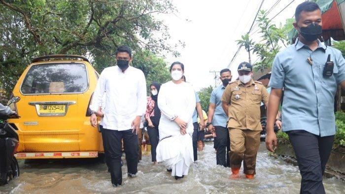 Putri Presiden Jokowi Diajak Bobby Terobos Banjir, Lihat Puluhan Rumah Terendam di Medan Tuntungan