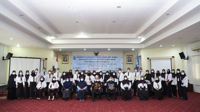 Wali Kota Pangkalpinang, Maulan Aklil (Molen) saat memberikan pengarahan pada Pelatihan Dasar Calon Pegawai Negeri Sipil Daerah Golongan II dan III di Lingkungan Pemerintah Kota Pangkalpinang tahun 2021, di Ruang Pertemuan OR Kantor Wali Kota Pangkalpinang, Kamis (27/5).