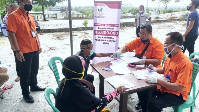 Kerjasama dengan Kantor Pos, Kemensos RI Pilih Wisata Danau Biru Kaolin Lokasi Salurkan BST