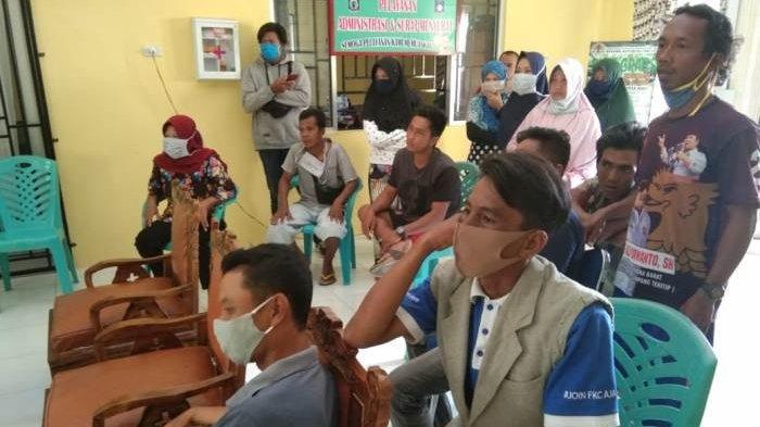Puluhan Warga Datangi Kantor Desa Air Putih Tuntut Bansos