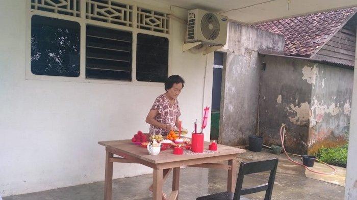 Kesibukan Warga Tionghoa Jelang Tahun Baru Imlek 2019,: Sembahyang dan Membakar Kimchi
