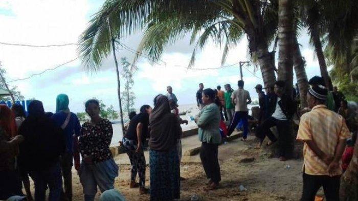 Warga Tarik Paksa TI Apung dari Tengah Laut ke Pinggir Pantai