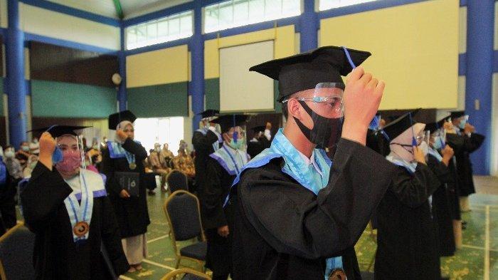 Para mahasiswa menggunakan masker dan  face shield saat acara wisuda berlangsung di Aula Polmanbabel, Kamis (15/10/2020)