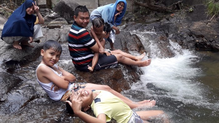Wisatawan Asal Bekasi Ini Rela Jauh-jauh Datang ke Air Terjun Sadap, Ini Alasannya