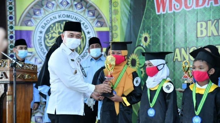 WAKIL BUPATI Bangka, Syahbudin melakukan wisuda kepada 1.925 santri TK/TPA BKPRMI Kabupaten Bangka di Gedung Sepintu Sedulang, Kabupaten Bangka, Rabu (23/6).