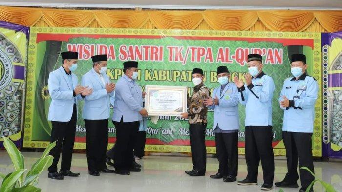 BUPATI Bangka, Mulkan melakukan wisuda kepada 1.925 santri TK/TPA BKPRMI Kabupaten Bangka di Gedung Sepintu Sedulang, Kabupaten Bangka, Rabu (23/6).