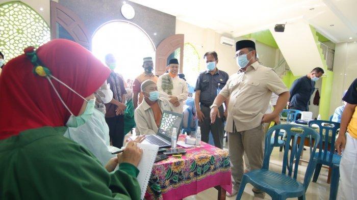 Jemput Bola, Pemprov Babel Vaksinasi Tokoh Agama dan Lansia di Masjid