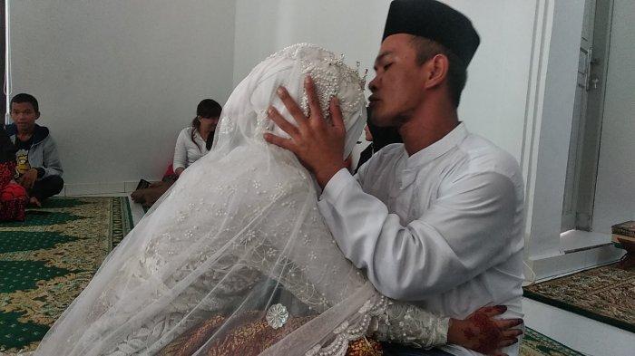 yowandi-35-mencium-putrinya-yessa-yolanda.jpg