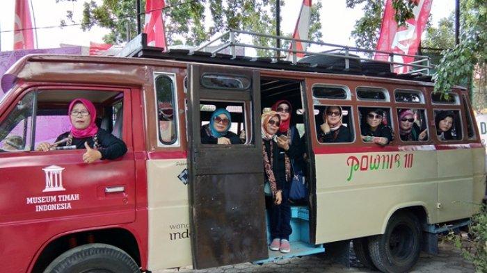Zahriati bersama genk elsasimarina mengabadikan foto di bus pownis, properti yang disediakan dalam acara reuni akbar SMA Negeri 1 Pangkalpinang, Sabtu (27/10/2018)