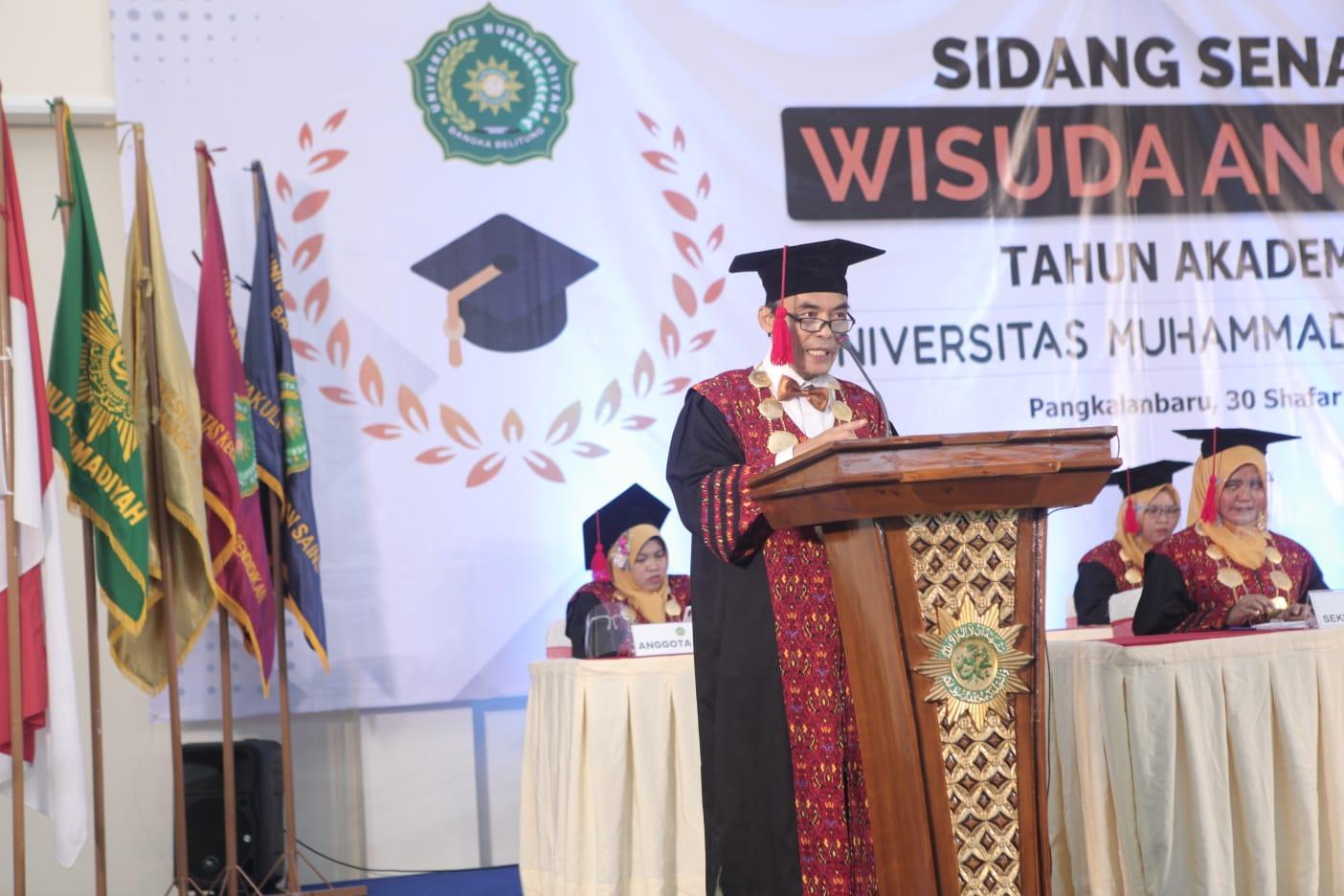 Fadillah Sabri, Rektor Unmuh Babel-UNIVERSITAS Muhammadiyah (Unmuh) Bangka Belitung resmi melakukan wisuda kepada 101 mahasiswa di Kampus Unmuh Babel, Kamis (7/10)