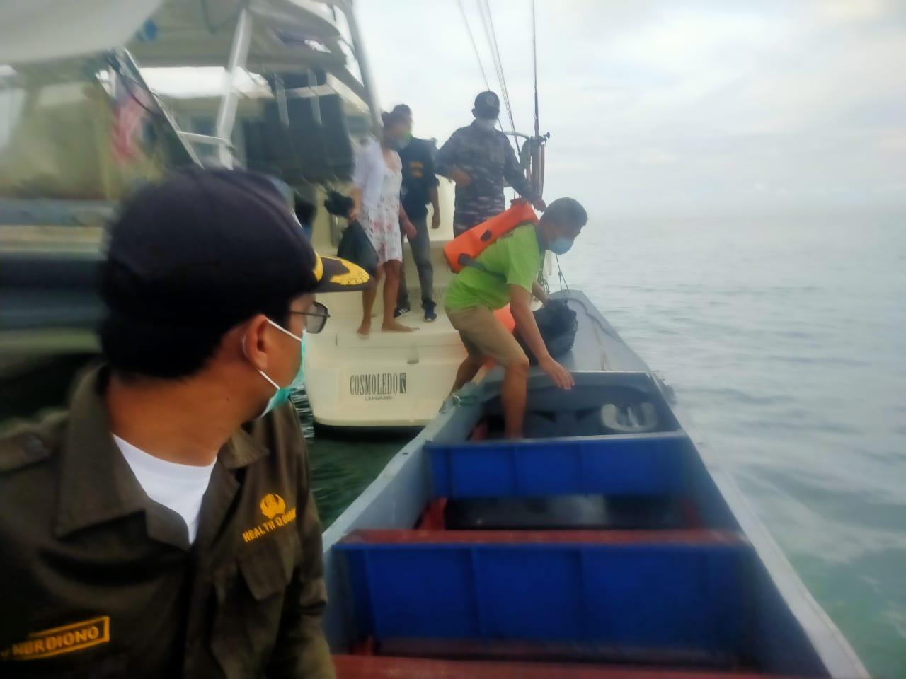 KM. SY COSMOLIDO berbendera Langkawi Malaysia dari Pulau Seribu tujuan Batam yang sandar di perairan Batu Rakit Muntok Kab. Bangka Barat (Sabtu, 26/12/20).