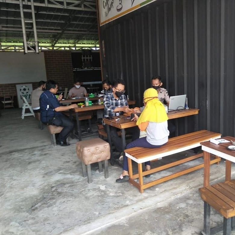 Layanan Samsat Setempoh di warung kopi di wilayah gantung Belitung Timur