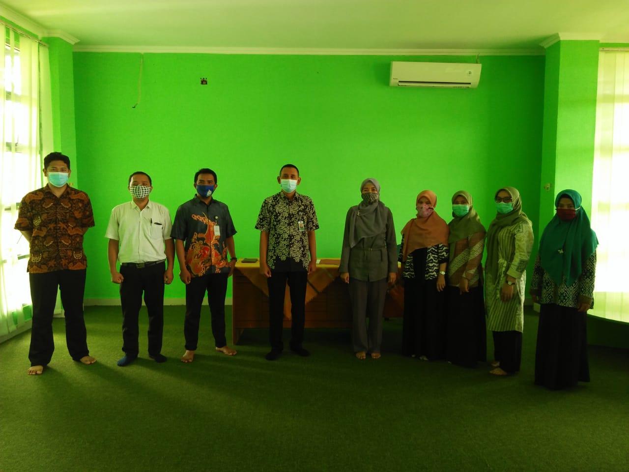 Kepala Perpustakaan IAIN SAS BABEL Umi Asih Zubaidah, S.IP menyambut baik kedatangan Kepala Perpustakaan UBB Budi Afriansyah, S.Si., M.Si. beserta rombongan, Selasa (09/02/21).