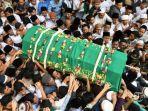 04022020_pemakaman-gus-sholah.jpg