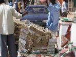 08052020_warga-zimbabwe-membawa-uang.jpg