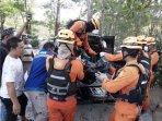 1_evakuasi-jenasah-korban-tenggelam-di-pantai-guntong-belinyu-kamis-1132021.jpg