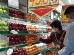 20210209_konsumen-saat-memilih-jeruk-ponkam-yang-ada-di-hypermart-btc-pangkalpinang.jpg
