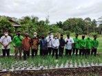 20210217_bupati-bangka-mulkan-berfoto-bersama-anggota-poktan-indo-tani-desa-labu.jpg
