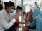 20210416-bupati-dan-wakil-bupati-bateng-saat-menyerahkan-langsung-bantuan-di-masjid-jamik-koba.jpg