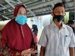 20210422-m-yusuf-65-bersama-istri-calon-jamaah-haji-yang-menerima-vaksin.jpg
