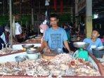 20210506-pedagang-ayam-di-pasar-higienis-sungailiat-saleh.jpg