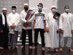 20210513-gubernur-bangka-belitung-erzaldi-rosman-berfoto-bersama-dengan-para-jemaah-masjid.jpg