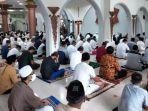 20210513-ribuan-warga-kota-sungailiat-bangka-melaksanakan-salat-id-di-masjid-agung.jpg