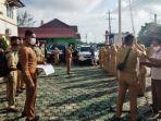 20210517-pegawai-kecamatan-merawang-memasang-bendera-merah-putih.jpg