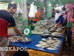 20210611-penjual-ikan-di-pasar-pagi-kota-pangkalpinang-saat-melayani-para-pembeli.jpg