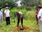20210623-kapolres-bangka-barat-akbp-agus-siswanto-saat-membagikan-3000-tanaman-durian-namlung.jpg