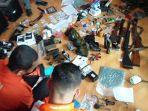 20210701-barang-bukti-yang-ditemukan-polisi-dari-kediaman-as-di-kawasan-kace.jpg