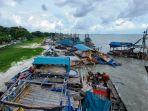20210704-puluhan-unit-ponton-tambang-yang-terparkir-di-pantai-laut-nek-aji.jpg