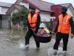 20210711-polisi-membantu-mengevakuasi-seorang-balita-dari-kediamannya-di-desa-lampasie-engking.jpg