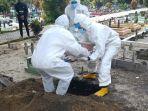 20210715-bayi-di-belitung-ketika-dimakamkan-oleh-petugas-di-tempat-pemakaman-umum.jpg