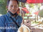 20210716-ete-penjual-durian-di-depan-kodim-0413-bangka-saat-memperlihatkan-durian-citra-manis.jpg