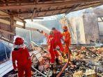 20210719-personel-damkar-satpol-pp-bangka-selatan-memadamkan-sisa-sisa-api.jpg