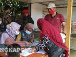 20210722-sejumlah-masyarakat-mengambil-bantuan-penyaluranprogram-bantuan-ppkm-2021.jpg