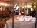 20210723-suasana-upstairs-cafe-yang-berlokasi-di-lantai-3-hotel-santika-bangka.jpg