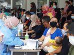 20210805-seorang-ibu-melakukan-rapid-antibodi-sebelum-mengikuti-vaksin-kedua.jpg