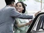 20210806-potret-presiden-soekarno-mencium-pipi-ratna-sari-dewi.jpg